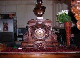 Антикварные Резные деревянные каминные часы с бронзовой скульптурой. Цена 2300 евро