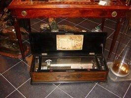 1. Большая антикварная музыкальная шкатулка. 19 век. 83x28x20 см. Цена 1500 евро.