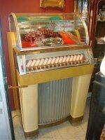 64. Антикварный Музыкальный автомат с пластинками. 1945 г. 76x68x136 см. Цена 5000 евро