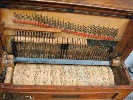 67. Редкая антикварная музыкальная машина. 4 мелодии. Около 1870 г. 90x50x110 см. Цена 5000 евро