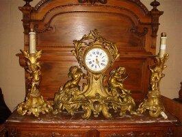 120. Антикварный Каминный гарнитур: каминные часы с канделябрами бронзовые. 19 век. 65х64х25 см. Цена 10000 евро.