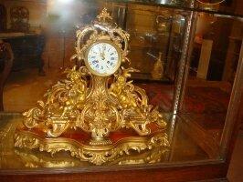 252. Большие каминные бронзовые часы. Около 1870 года.