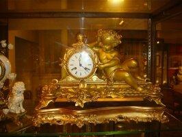 253. Большие каминные часы из бронзы. Около 1870 года.
