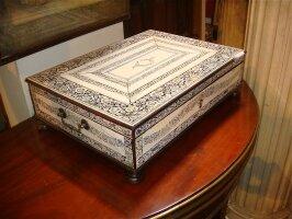 279. Антикварная Костяная шкатулка. 19 век. 48х35х15 см. Цена 6500 евро