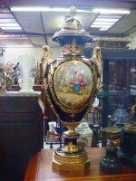 29. Пара антикварных фарфоровых ваз. Около 1960 года. Высота: 97 см. Цена 15000 евро.