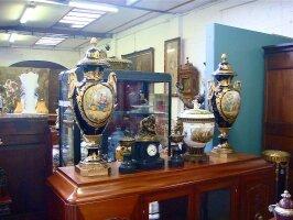 30. Пара антикварных форфоровых ваз. Около 1960 года. Высота: 97 см. Цена 15000 евро.