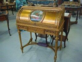 75. Антикварное Бюро с цилиндрической крышкой. 19 век. Цена 3500 евро.