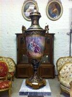 76. Антикварная Ваза. Севрский фарфор. 19 век. Высота: 90 см. Цена 5700 евро.