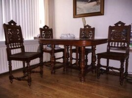 Антикварный обеденный стол и 6 стульев. 105x115 cм. Цена 1400 евро