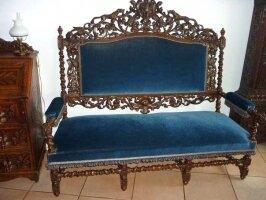 Антикварный Резной диван и два кресла. Темный орех. Резьба - охотничьи мотивы. Цена 3550 евро
