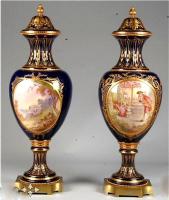 22. Пара антикварных ваз. Севрский фарфор. Конец XIX века. Высота: 77 см. Цена 13000 евро.