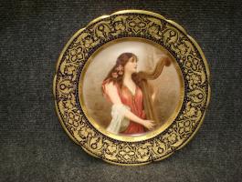 26. Антикварная тарелка Девушка с арфой. Вена. Около 1900 года. Диаметр 24 см. 2500 евро