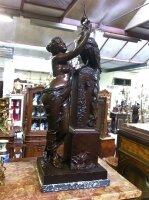 2. Антикварная Бронзовая подписная скульптура. 19 век. Ввысота: 83 см. Цена 5900 евро.