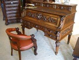 100. Антикварнjt Резное бюро с креслом. 19 век. 152х80х120 см. Цена 3500 евро