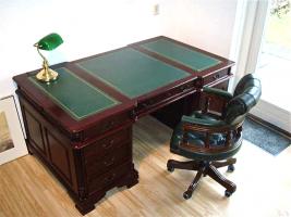 73. Антикварный Письменный стол с креслом Честерфилд. Около 1950 г. 105х177х80 см. Цена 3000 евро