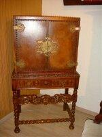 Антикварный резной Кабинет. Кожаная отделка. Около 1880 г. 75x46x135 см. Цена 2500 евро