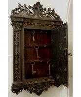 Антикварный Шкафчик для ключей. Чугун. Фигурное литье. 1860 - 1875 гг. Франция. 62x35x6 см. Цена 1100 евро