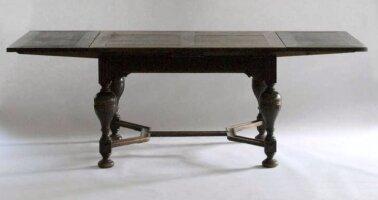 Антикварный Раздвижной обеденный стол и 4 стула. Размер: 120-220x90x76 см. 19 век. Цена 1400 евро