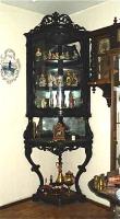 7. Антикварная Угловая витрина. Около 1860 года. Цена 3500 евро.